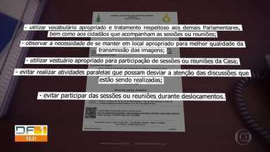 """Deputados recebem cartilha de """"bom comportamento"""" durante sessões pela web - Documento foi elaborado após distritais serem flagrados em situações inusitadas."""