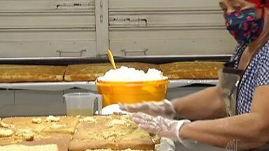 Igreja de Mogi das Cruzes começa a vender o tradicional bolo de Santo Antônio - Dentro do bolo benzido estão espalhadas medalhas muito procuradas pelos solteiros que estão em busca do par perfeito.