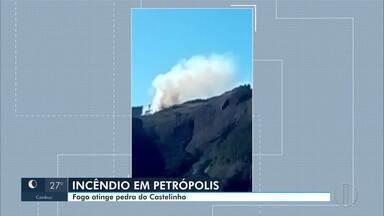 Fogo atinge área de vegetação na Trilha do Castelinho, em Petrópois, no RJ - Bombeiros foram acionados na manhã deste sábado (13) e incêndio ainda não havia sido contido até as 17h.
