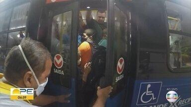 Ônibus deixa terminal superlotado mesmo com presença de fiscais - Flagrante da TV Globo mostrou fiscal autorizando saída com veículo com mais pessoas do que o recomendado durante a pandemia.