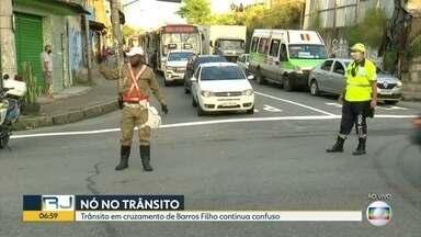 Via interditada deixa trânsito em Barros Filho confuso - O trânsito no cruzamento de Barros Filho permanece confuso por conta da interdição de uma via que está aguardando reparo da Light.