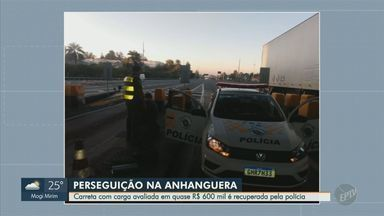 Carreta roubada com carga avaliada em R$ 588 mil é recuperada em Valinhos, SP - Polícia Rodoviária informou que veículo, roubado em Itatiba, foi recuperado no pedágio da Rodovia Anhanguera. Um homem acabou preso e o caminhoneiro, feito refém, foi liberado.