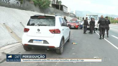 Suspeito é baleado depois de perseguição na Linha Vermelha - Segundo a polícia, os criminosos estavam em três carros. Dois veículos foram recuperados.
