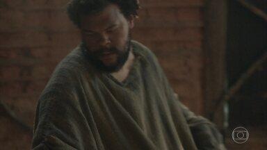 Jacinto leva o corpo de Elvira para um esconderijo - Depois de ser enterrado, o corpo da portuguesa é carregado pelo jagunço