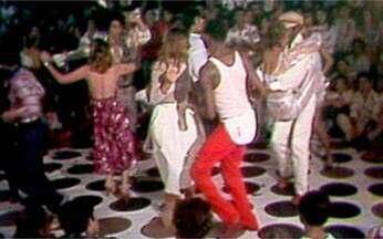 A onda agora é o estilo discoteca - Mais que um ritmo ou um jeito de dançar, o disco é um comportamento e um estilo de vida. A indústria da discoteca, que já tem como ídolo internacional John Travolta, fatura milhões de dólares.