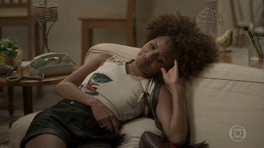 Cassandra consola Adele - Hugo chega em casa após o encontro e diz que adorou o filme