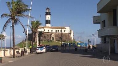 Prefeitura de Salvador interdita trecho do calçadão da orla - Barreiras impedem a circulação de pedestres e ciclistas.