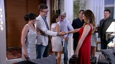 Tereza Cristina apresenta Alexandre aos convidados - Patrícia chega à mansão Velmont com o namorado