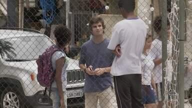 Fabinho procura o colégio no qual vai prestar serviço comunitário - Jeniffer vê o carro de Fabinho e comenta com Wesley que o rapaz é um gato