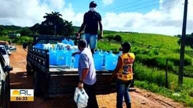 Campanha de doações de água é realizada para ajudar os moradores de Jacuípe - Município foi um dos mais atingidos pela enchente e parte dos moradores não tem acesso a água potável.