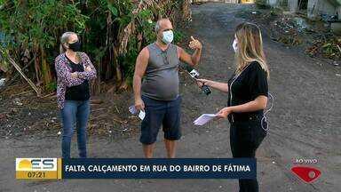Moradores reclamam de falta de calçamento em rua do Bairro de Fátima, na Serra, ES - Quando chove formam-se poças de lama e de sujeira na rua.