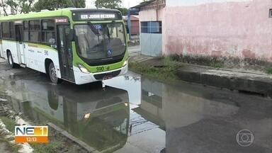 Passageiros relatam dificuldades e desafios de depender dos ônibus no Grande Recife - Rua esburacada em Olinda é uma complicação a mais na vida de quem precisa do transporte.