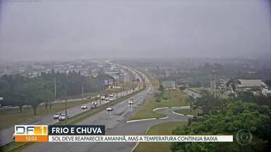 Chuva fina cai sobre várias regiões do DF nesta quinta-feira (18) - Segundo o Inmet, frio vai continuar na capital.