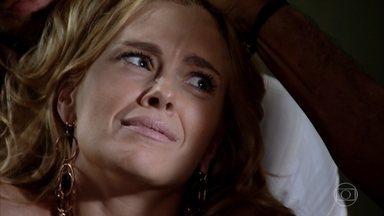 Pereirinha questiona Teodora sobre a miniatura - A loira é surpreendida por Pereirinha e Enzo a esperando em seu quarto. Teodora tenta convencê-los de que não sabe do que se trata