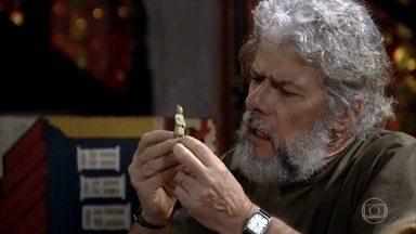 Pereirinha se surpreende com o valor das peças do tesouro - Ele procura um especialista para vender a peça. O amigo de Gigante liga para o René e marca um encontro de negócios. O chef comenta animado com Griselda
