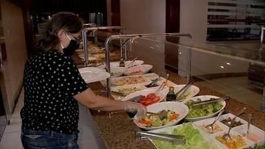 Restaurantes reabrem em Fortaleza - Protocolo de segurança requer distanciamento entre mesas e proteção facial para os garçons.