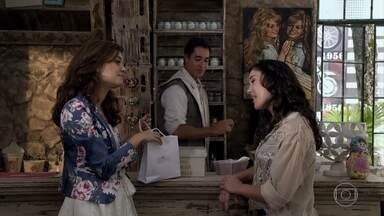 Patrícia diz a Amália que está muito feliz com Alexandre - Rafael chega ao fórum para seu julgamento