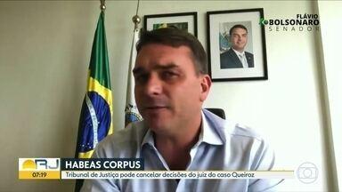 Tribunal de justiça pode cancelar decisões do juiz do caso Queiroz - Senador Flavio Bolsonaro, que já tentou barra as investigações das rachadinhas na Alerj mais de oito vezes, tenta mais uma. No recurso impetrado, o senador questiona a competência do juiz Flavio Itabaiana.