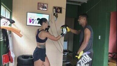 Zelador monta academia e treina em casa durante a pandemia - Gilmar dos Reis Oliveira pratica kickboxing e jiu-jitsu em espaço montado na sala de casa em Divinópolis.