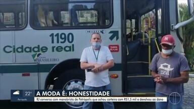 Manobrista de Petrópolis, RJ, encontra carteira com dinheiro e dá exemplo de honestidade - Manobrista do transporte público encontrou carteira com R$ 1.500 e foi em busca do verdadeiro dono.