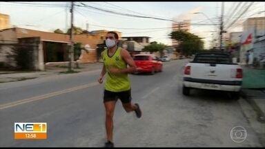 Corredores e especialistas falam sobre praticar esportes com máscara - Por causa da pandemia do novo coronavírus, pessoas voltaram a correr e caminhar, mas com as máscaras de proteção