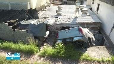 Caminhonete cai em cima de casa na Zona Norte do Recife - Uma fábrica de bolo teve parede destruída