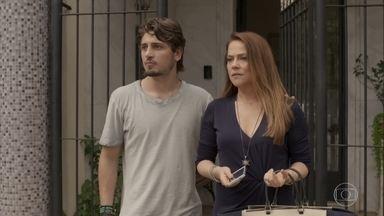 Lili evita encontro com Germano - Empresária fica tensa ao dar de cara com o marido na saída do prédio de Rafael