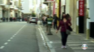 SP bate novo recorde de mortes causadas pela Covid-19 - O estado de São Paulo bateu um novo recorde de mortes causadas pela Covid-19. O principal motivo é que o contágio está aumentando pelo interior do estado.