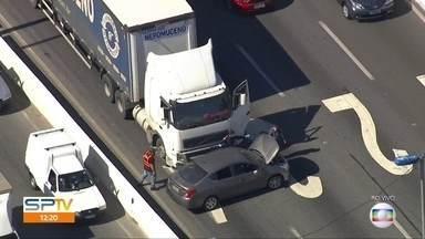 Acidente na Marginal Tietê provoca lentidão no trânsito da capital - Batida entre caminhão e carro foi no sentido da Rodovia Castello Branco.