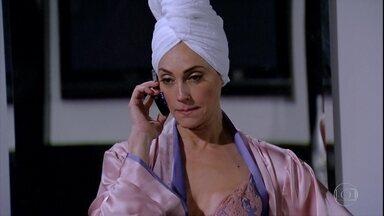 Tereza Cristina marca encontro com Ferdinand - A perua fica possessa por não ter morrido ninguém no incêndio e liga para o segurança exigindo que eles se encontrem na sauna