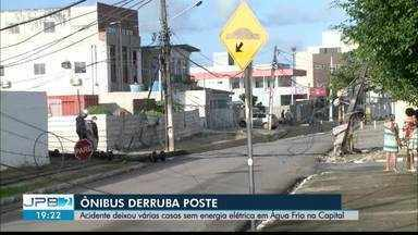 Ônibus derruba poste e deixa milhares sem energia elétrica - Acidente em Água Fria na Capital.