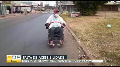 E o direito de ir e vir? - No PSul, faltam calçadas e deficientes físicos passam pela rua, ao lado dos carros.