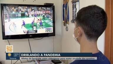 Atletas de projeto de basquete se divertem no videogame em Juiz de Fora - Sem poder treinar e jogar há três meses, jogadores do JF Celtics matam saudade das quadras na frente da tela.