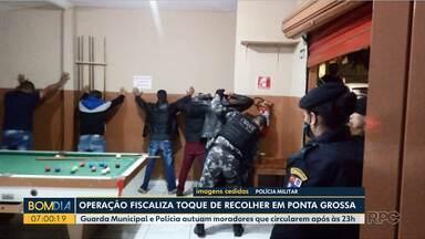 Fiscais vão às ruas para ver se o toque de recolher está sendo respeitado em Ponta Grossa - Guarda Municipal e Polícia autuam moradores que circularem após às 23h