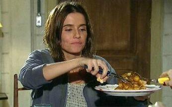 Céu é magra de ruim! - O Video Show prova que a personagem de Deborah Secco, em A Favorita, é boa de garfo sem perder a forma!
