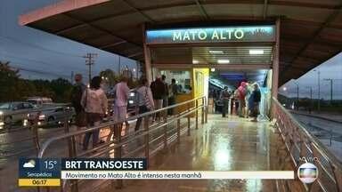 Movimento do BRT, estação do Mato Alto - Movimento intenso noa estação do BRT do Mato Alto. Medidas de proteção e higiene na sestações . fiscais da prefeitura presentes