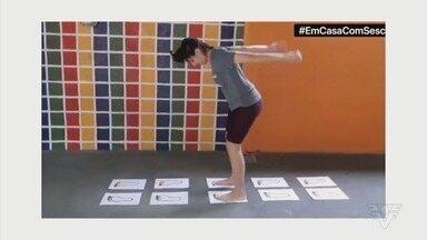 Em Casa com Sesc: Professora Gabriela Pergentino ensina brincadeira de pular - Educadora física dá dica de como se divertir em casa na quarentena.