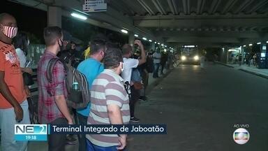 Passageiros de ônibus enfrentam mais uma noite de problemas para voltar para casa - Coletivos estavam lotados no terminal de Jaboatão dos Guararapes, no Grande Recife