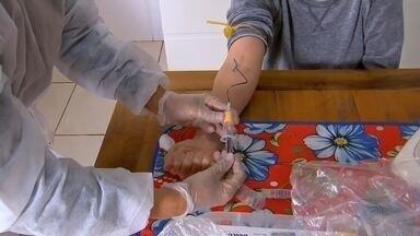 Botucatu faz testagem para mapear moradores que tiveram contato com coronavírus - A prefeitura de Botucatu começou fazer nesta segunda-feira (29) mais uma etapa do inquérito epidemiológico para saber quantos moradores da cidade tiveram contato com o coronavírus.