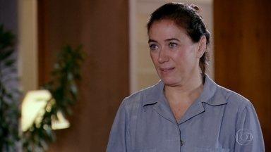 Griselda convida Rafael para jantar - Ele fica agradecido. Quinzé chega com o filho e Griselda pergunta se ele discutiu novamente com Teodora