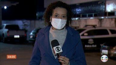 Três pessoas são assassinadas em Embu-Guaçu, SP - Mortes aconteceram na rua da delegacia. Cinco pessoas foram atingidas. As vítimas estavam na rua fazendo fogueira quando foram abordadas.
