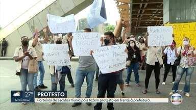 Porteiros de escolas do município do Rio fazem protesto - Eles protestaram em frente a prefeitura do Rio contra atrasos nos salários.