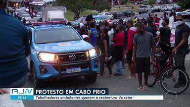 Ambulantes protestam para reabertura do setor em Cabo Frio - Manifestação aconteceu nesta segunda (29) na prefeitura.