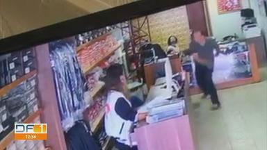 Bombeiro ameaça e agride vendedoras em Taguatinga - As cenas foram gravadas ontem em uma loja de uniformes. O Corpo de Bombeiros informou que vai investigar a conduta do militar.