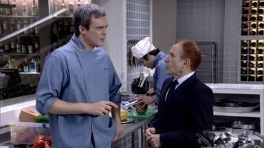 René estranha as atitudes de Fred - Ele comenta com Severino. Crô tranquiliza René e garante que René Júnior dorme tranquilo
