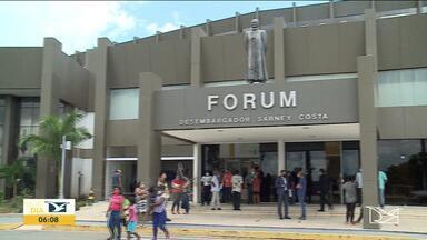 Fórum retoma trabalho presencial em São Luís - No primeiro dia de atendimento muita gente esteve no local para a audiência, mas nem todo mundo pôde entrar.
