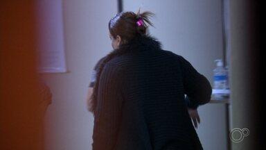 Polícia prende dona de pensão por suspeita de participar de morte de trans carbonizada - A polícia prendeu a dona de uma pensão em Sorocaba (SP) por suspeita de participar da morte de uma trans de 22 anos encontrada carbonizada. O laudo do Instituto Médico Legal (IML) apontou que a vítima também foi estrangulada, na Estrada dos Confederados, área rural de Itu (SP)