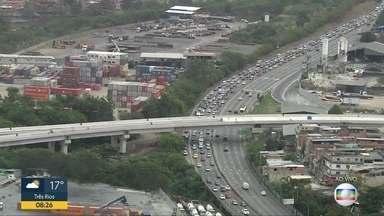 Trânsito já liberado na Linha Vermelha, mas ainda congestionado na Avenida Brasil - Trânsito já liberado na Linha Vermelha, mas ainda congestionado na Avenida Brasil