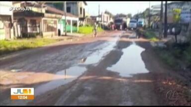 Moradores protestam na PA-252 que dá acesso ao Porto da Balsa, no nordeste do Pará - Moradores bloqueiam o acesso para reclamar das condições das ruas da área urbana de Acará.