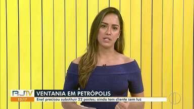 Após ventania em Petrópolis, concessionária de energia precisou substituir 22 postes - Segundo a Enel, quem está sem energia até agora deve ter o fornecimento restabelecido na tarde desta quinta (2).